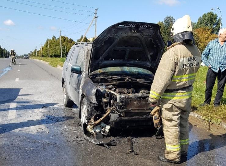 Потратили 8 огнетушителей, но пламя сбить не смогли: в Тольятти водители тушили загоревшуюся в движении машину | CityTraffic
