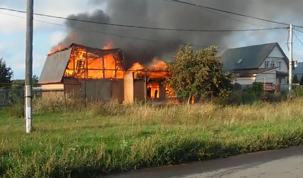 В Подстепках сгорел частный дом и гараж: видео | CityTraffic