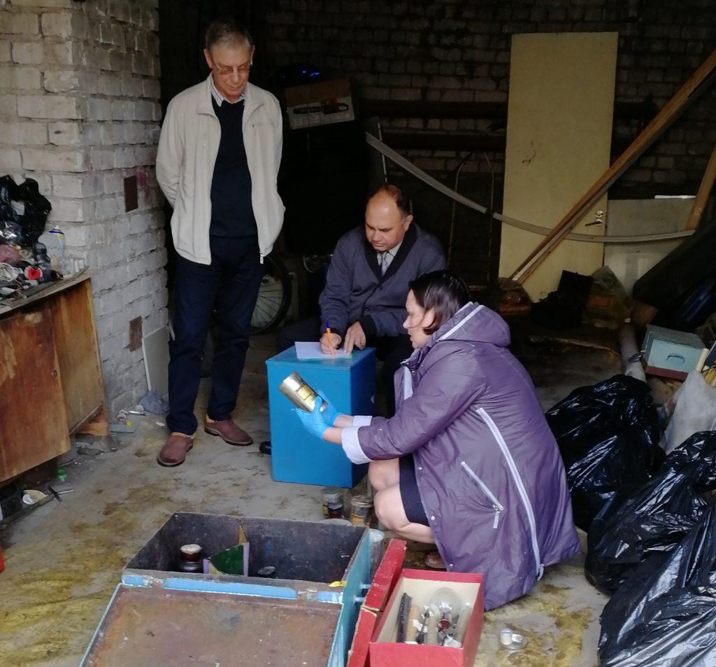 В Тольятти сотрудники полиции и МЧС разбирались с химикатами, брошенными на территории школы | CityTraffic