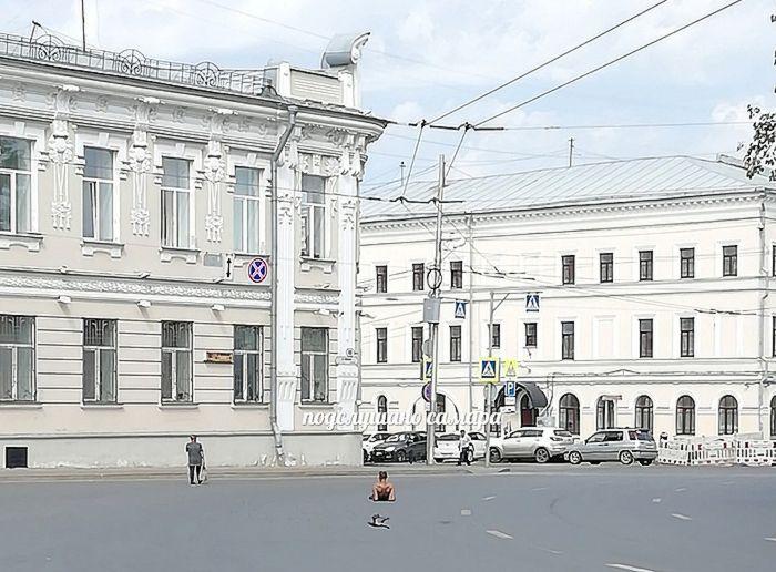 В Самаре мужчина решил позагорать на асфальте у здания областного суда | CityTraffic