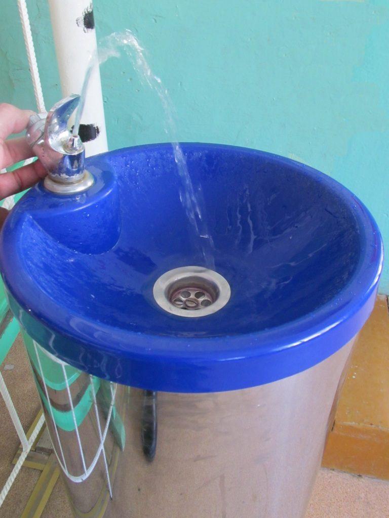 В Роспотребнадзоре рассказали, какой высоты должны быть питьевые фонтанчики в школах | CityTraffic