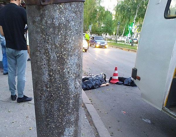 В Самаре женщина, выходя из маршрутки, зацепилась платьем за дверь и попала под колеса | CityTraffic