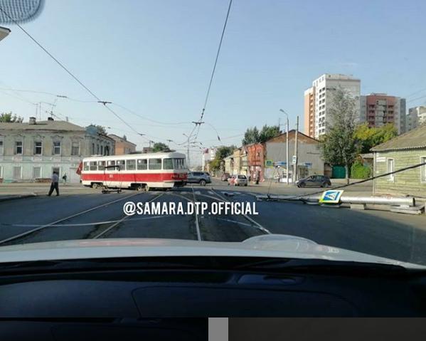 В Самаре на улице Фрунзе трамвай снес столб и оборвал контактные провода | CityTraffic