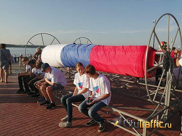 В Самаре установили рекорд, накрыв набережную самым длинным в России триколором: видео | CityTraffic