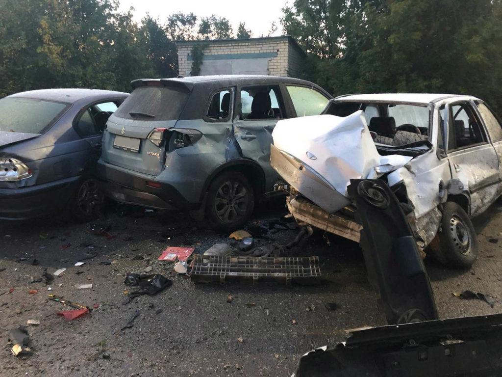 В Новокуйбышевске пьяный водитель врезался в 5 припаркованных машин и сбежал с места ДТП | CityTraffic