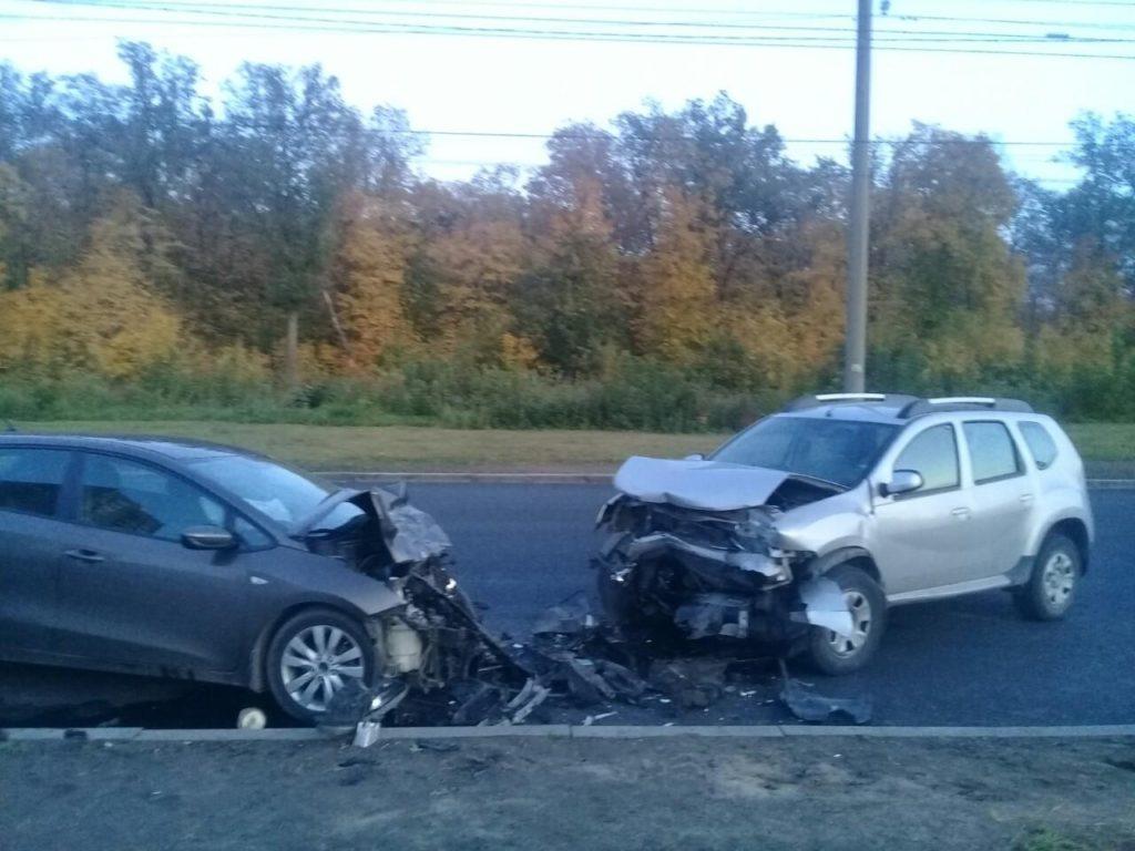 В Тольятти водитель «Рено» выехал на встречную полосу, врезался в «Киа» и получил перелом ключицы | CityTraffic