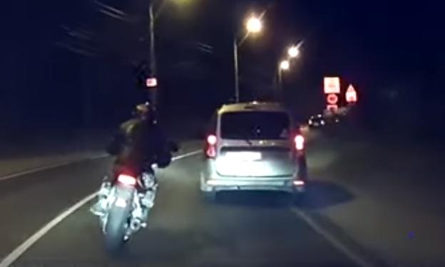 В Тольятти мотоциклист попытался скрыться от полицейских в лесу, но не справился с управлением: видео | CityTraffic