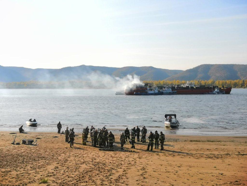 На Волге возле Тольятти горящий сухогруз тушат при помощи пожарного катера и 5 буксиров: видео | CityTraffic