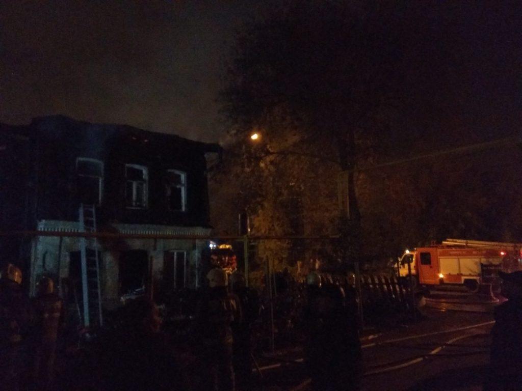 В Самаре 59 человек около часа тушили горящий двухэтажный жилой дом   CityTraffic