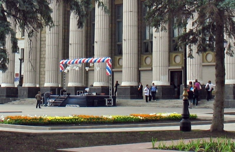 Очевидцы: у ДК на площади Кирова плита от колонны упала на ребенка | CityTraffic