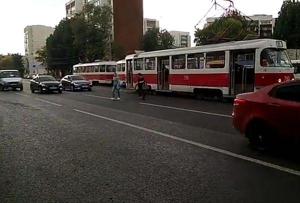 Жители Самары требуют обеспечить безопасные трамвайные остановки на улице Победы: видео | CityTraffic