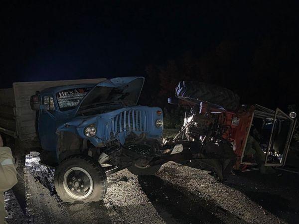 Под Самарой пострадал водитель трактора, в который врезался самосвал | CityTraffic