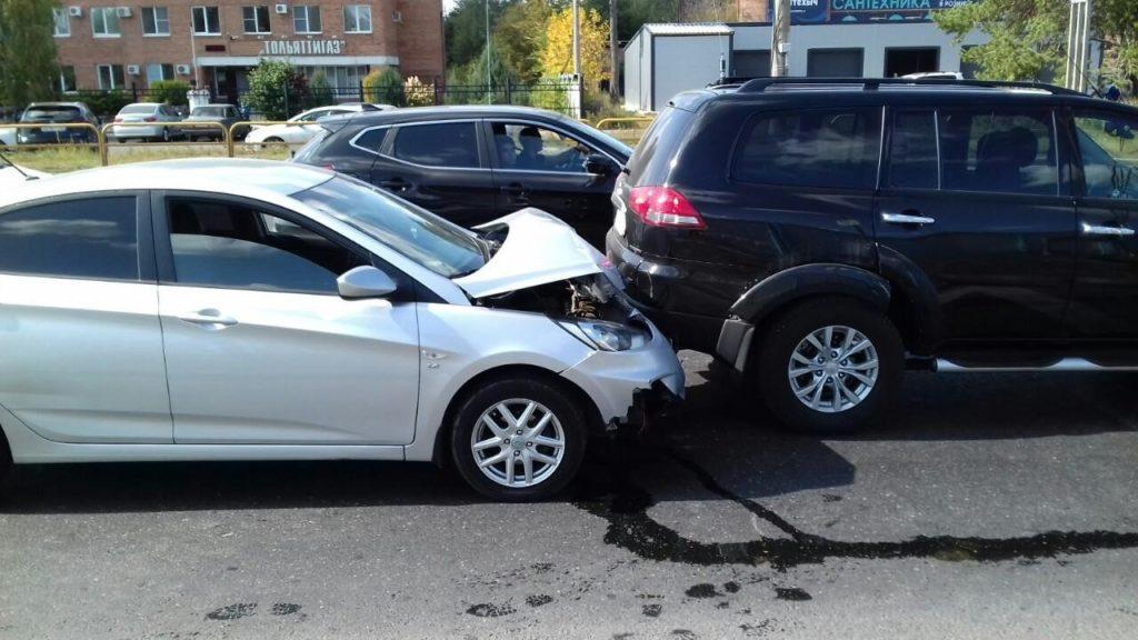 В Тольятти пострадала женщина-водитель, которая врезалась в идущий впереди автомобиль | CityTraffic