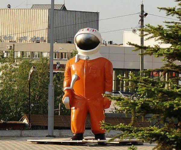 Жители Самары выбирают, куда перенести фигуру космонавта, который стоит у музея «Самара Космическая» | CityTraffic