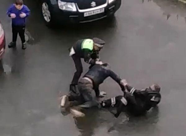 Пьяный водитель не сдался без боя и устроил драку с двумя полицейскими: видео | CityTraffic
