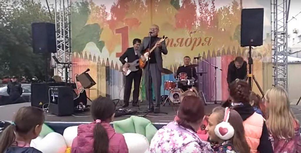 В Челябинской области для школьников в честь Дня знаний спели песню «Рюмка водки на столе»: видео | CityTraffic