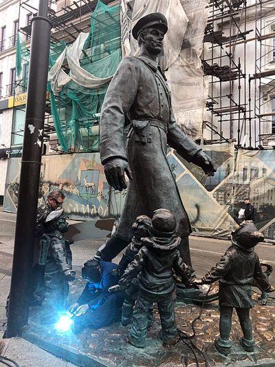 Специалисты из Москвы укрепили пионеров у памятника Дяде Степе в Самаре | CityTraffic