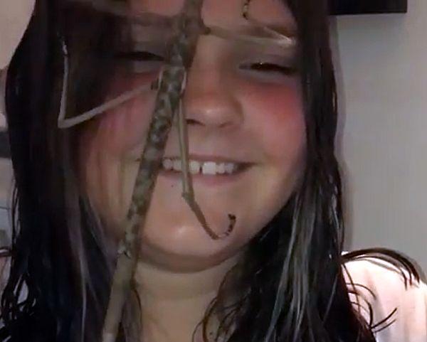 Смелая мать-энтомолог позволила огромному пауку ползать по лицу своей дочери: видео