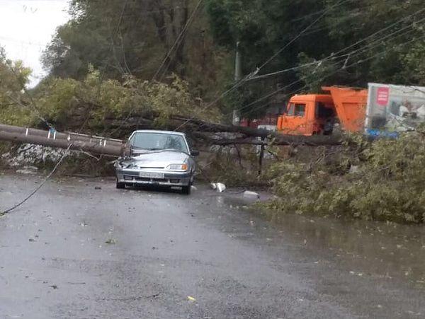 В Самаре из-за шквалистого ветра столб обрушился на автомобиль   CityTraffic