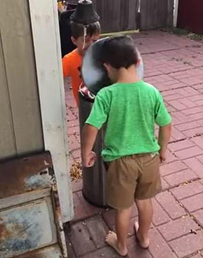 Двое мальчишек радостно били друг друга крышкой мусорного бака, по очереди наступая на педаль: видео | CityTraffic