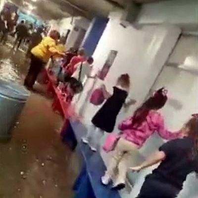 Учитель из Америки сделал для детей мостик из скамеек, чтобы они могли добраться до столовой по затопленной дождем школе: видео | CityTraffic