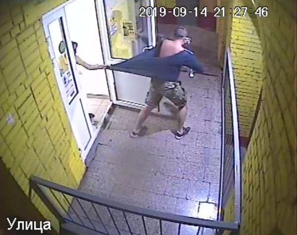 Житель Сызрани похитил на глазах у продавцов 2 бутылки спиртного, убежал, выпил и уснул: видео | CityTraffic
