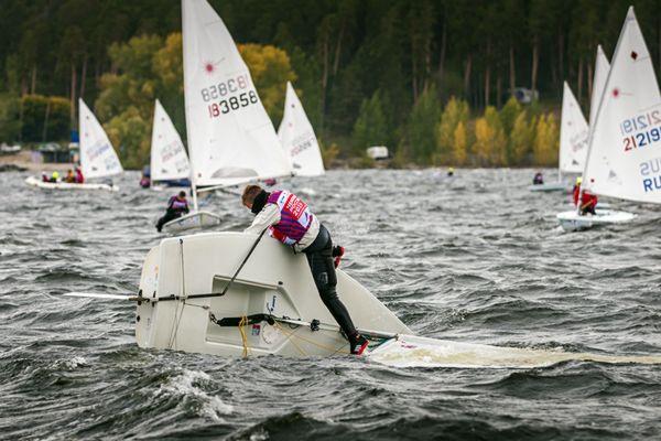 На Чемпионате России волимпийских классах яхт вТольятти ветер опрокидывал спортсменов