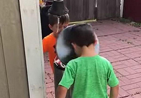 Двое мальчишек радостно били друг друга крышкой мусорного бака, по очереди наступая на педаль: видео