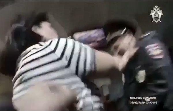 В аэропорту Челябинска женщина покусала полицейского: видео | CityTraffic