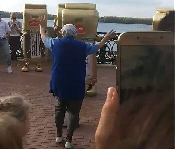 В Самаре на набережной 81-летняя женщина танцевала с шоколадками: видео | CityTraffic