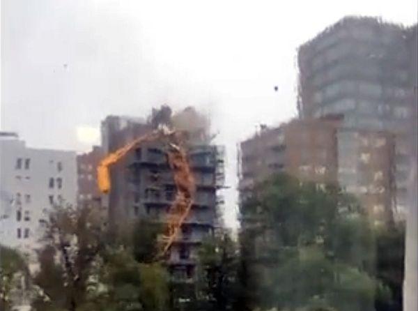 Ураган Дориан добрался до Канады иопрокинул кран на строящийся дом: видео