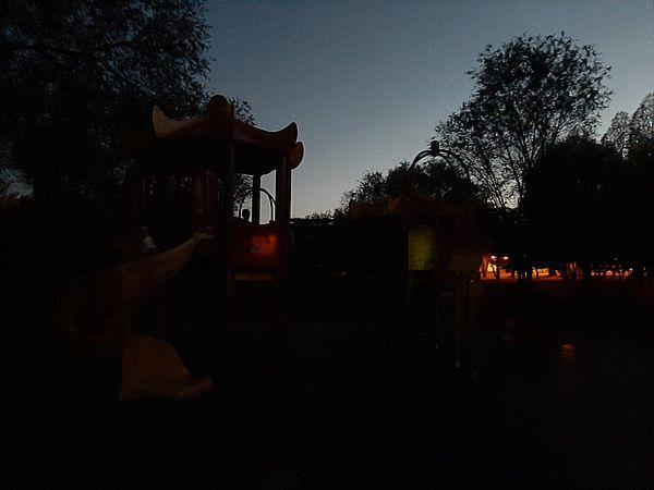 Маленькие жители Самары катаются с горки наощупь, потому что в парке нет фонарей | CityTraffic