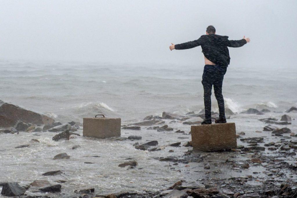 Ураган Дориан добрался до Канады и опрокинул кран на строящийся дом: видео | CityTraffic