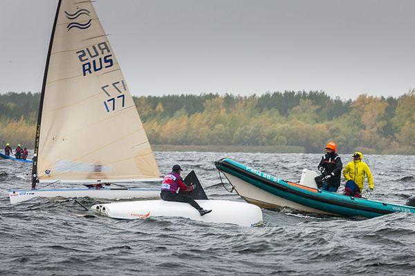 На Чемпионате России в олимпийских классах яхт в Тольятти ветер опрокидывал спортсменов   CityTraffic