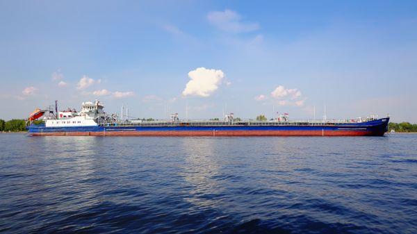 В Сызрани нефтеперерабатывающий завод эксплуатирует причалы на Волге, создавая угрозу для безопасности судоходства