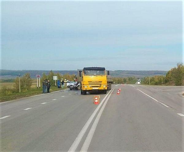 В Самарской области КАМАЗ не уступил дорогу легковушке и снес ее | CityTraffic