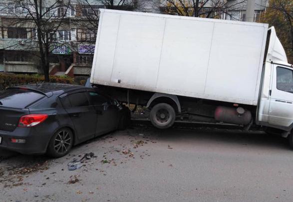В Тольятти водитель «Шевроле» влетел под припаркованный фургон и скрылся с места происшествия | CityTraffic