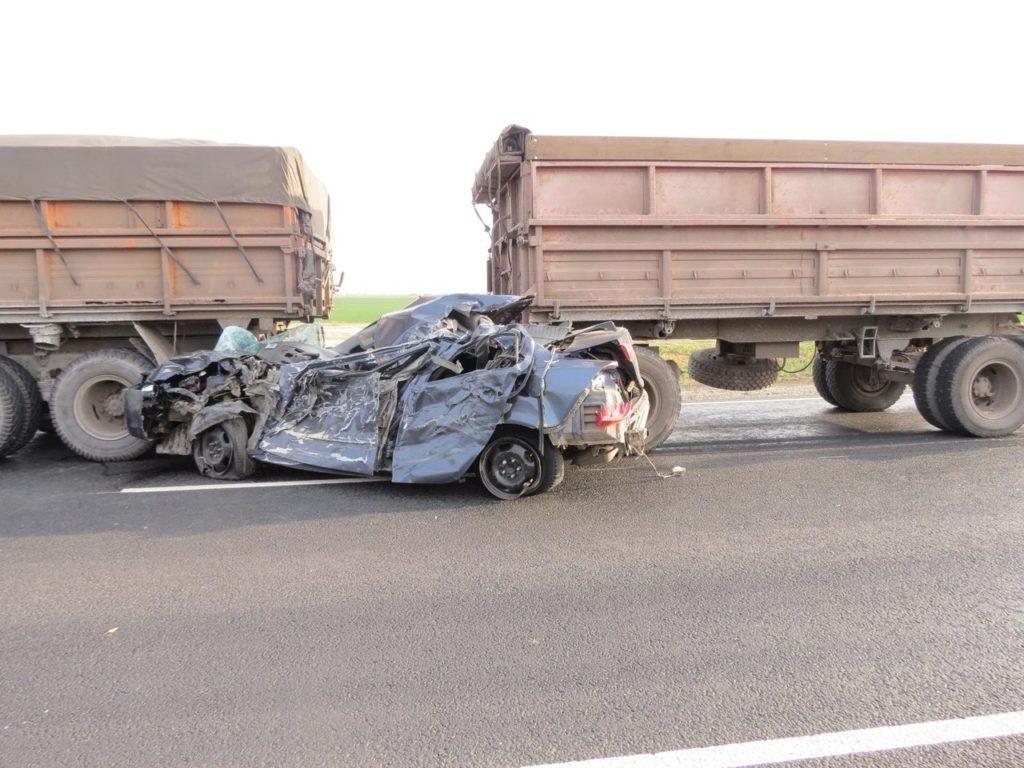 В Пестравском районе водитель Mitsubishi Lancer неудачно вышел на обгон и столкнулся с двумя грузовиками | CityTraffic
