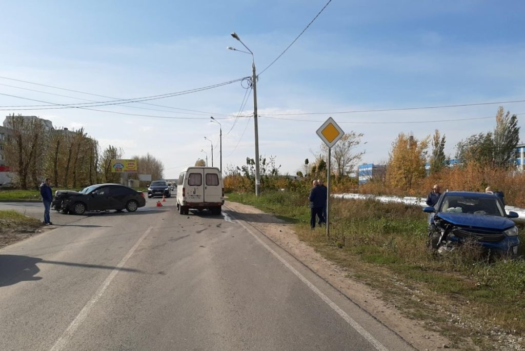В Жигулевске на нерегулируемом перекрестке столкнулись 3 автомобиля, 3 человека пострадали | CityTraffic