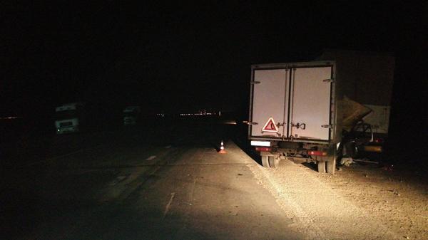 Ночью в Самарской области фургон врезался в остановившуюся фуру, пострадали 2 человека | CityTraffic