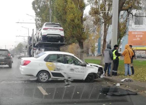 В Самаре автомобиль такси протаранил автовоз | CityTraffic