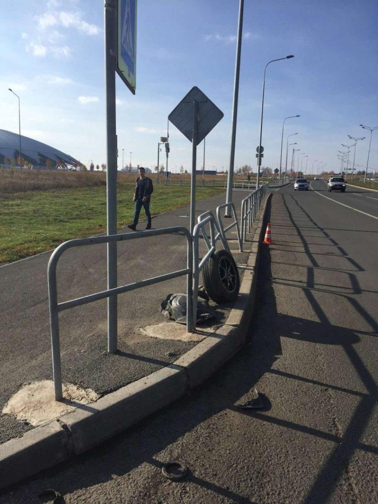 Колесо осталось на тротуаре: в Самаре женщина-водитель протаранила пешеходное ограждение, пострадал 2-летний ребенок | CityTraffic