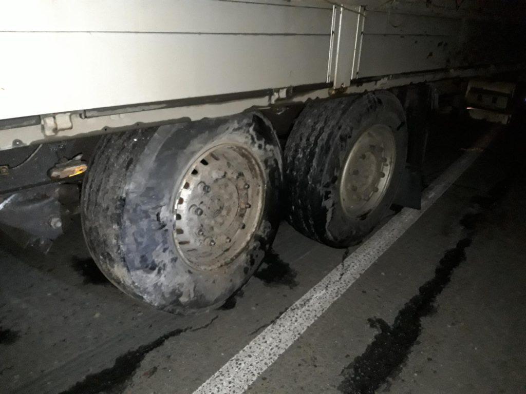 В Самарской области «Фольксваген» врезался в прицеп МАЗа, который занесло на встречную полосу | CityTraffic