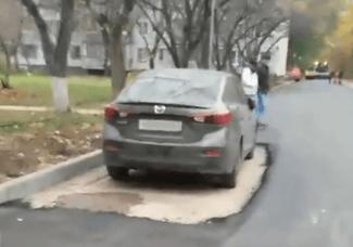 В Тольятти дорожники не смогли убрать из двора «Мазду» и уложили асфальт вокруг нее: видео | CityTraffic