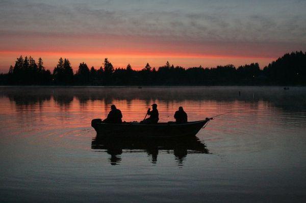 На Волге ночью спасли рыбаков, у которых сломалась лодка | CityTraffic