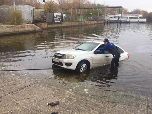 В Тольятти на набережной спасатели вытащили из воды «Гранту» с погибшей женщиной в салоне: видео | CityTraffic