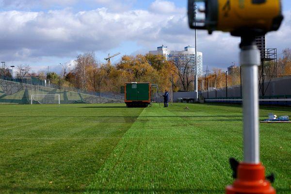 На тренировочной базе «Крыльев Советов» началась прошивка газона | CityTraffic