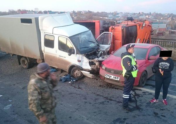 На Обводной дороге Самары КамАЗ опрокинулся  и зацепил ГАЗель с легковушкой | CityTraffic