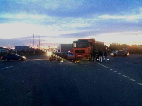 В Тольятти вазовская легковушка проехала на «красный» и врезалась в грузовик, пострадали 3 человека | CityTraffic