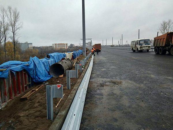 На Фрунзенском мосту в Самаре продолжают устанавливать ограждения | CityTraffic